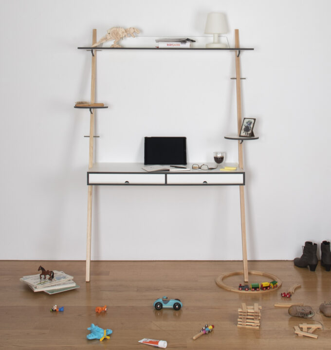 Lean On Desk angelehnt an der Wand im Home Office
